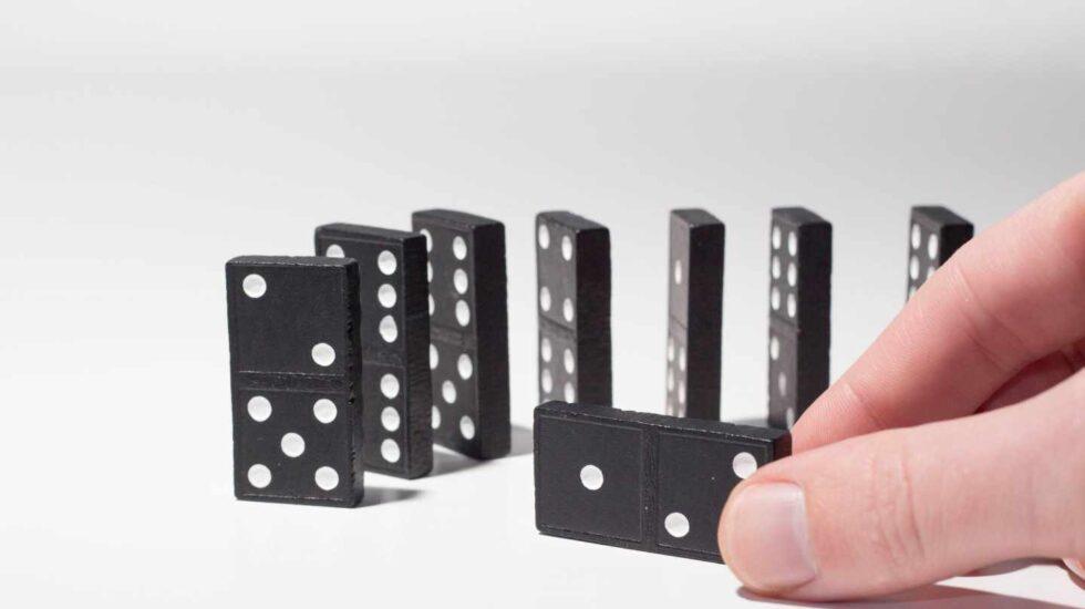 Jugar al dominó