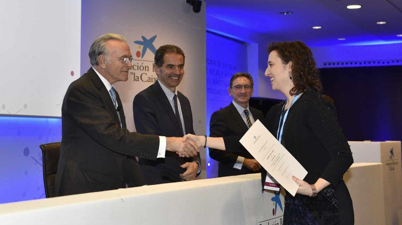 Isidro Fainé, entrega una beca de investigación de la Fundación La Caixa, en presencia de Manuel Heitor, ministro portugués de Ciencia, Tecnología y Enseñanza Superior; y Jaume Giró, director general de la institución catalana.