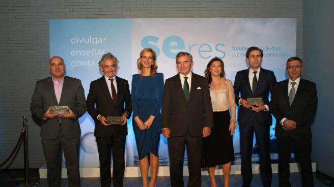 Foto de familia de los ganadores de los Premios SERES.