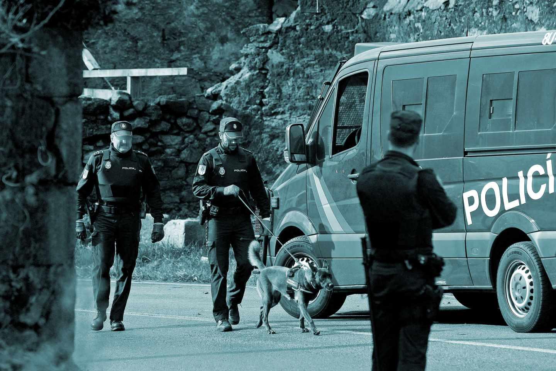 Agentes de la Policía Nacional durante una redada antidroga. .