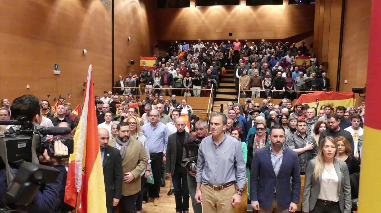 Momento en el que ha sonado el himno de España en la sala donde se ha celebrado el acto en Bilbao.