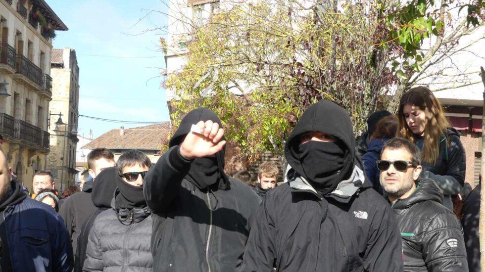 Jóvenes antisistema contra el acto de 'España Ciudadana' en Alsasua.