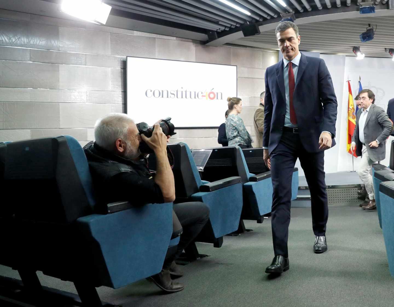 """El presidente del Gobierno, Pedro Sánchez, tras su comparecencia hoy en el Palacio de la Moncloa, en Madrid, en la que ha anunciado que España ha alcanzado un acuerdo sobre Gibraltar y, por tanto, mañana levantará el veto en la reunión de líderes comunitarios y votará a favor del """"brexit""""."""
