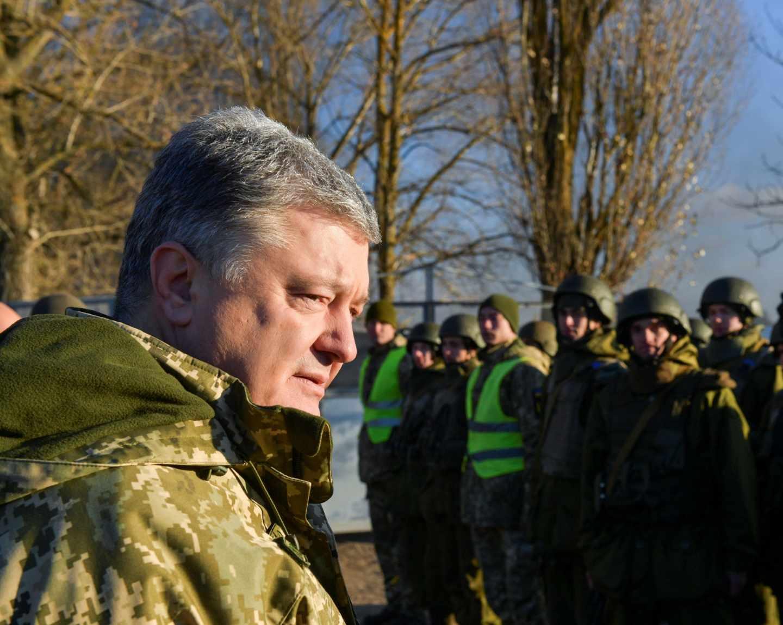 El presidente icramoamp, Petro Poroshenko, visita un centro de entrenamiento de las Fuerzas Armadas en Cherníhiv.