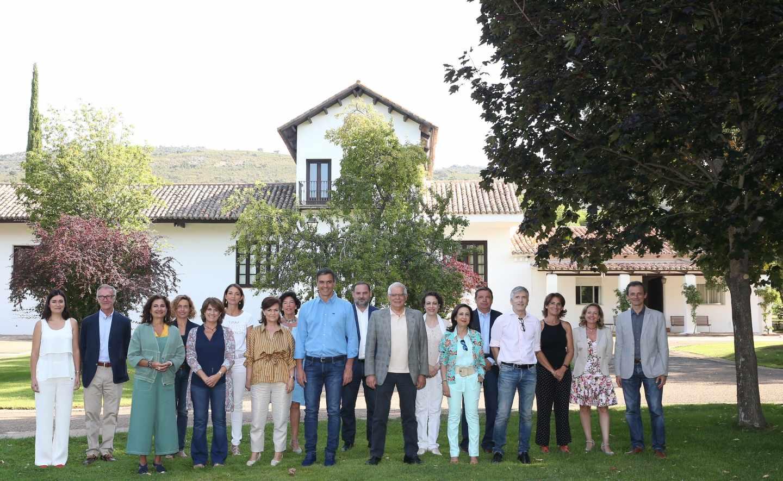 Pedro Sánchez y sus ministros, en Quintos de Mora (Toledo).