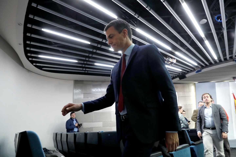 """El presidente del Gobierno, Pedro Sánchez, tras comparecer hoy en el Palacio de la Moncloa, en Madrid, donde ha anunciado que España ha alcanzado un acuerdo sobre Gibraltar y, por tanto, mañana levantará el veto en la reunión de líderes comunitarios y votará a favor del """"brexit""""."""