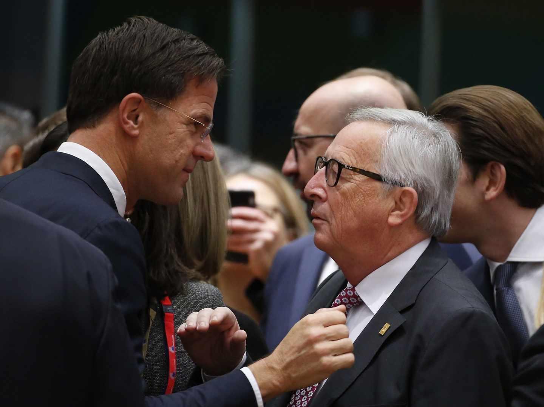 El presidente del Gobierno español, Pedro Sánchez, habla con el presidente de la Comisión Europea, Jean-Claude Juncker, en Bruelas.