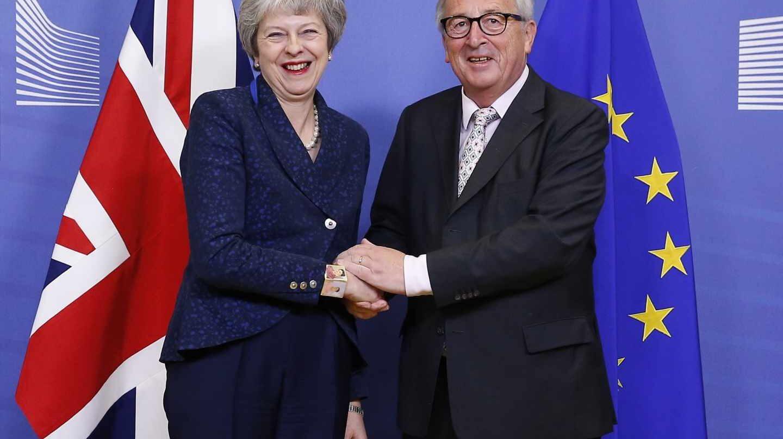 La primera ministra británica, Theresa May, junto al presidente de la Comisión, Jean-Claude Juncker, en Bruselas.