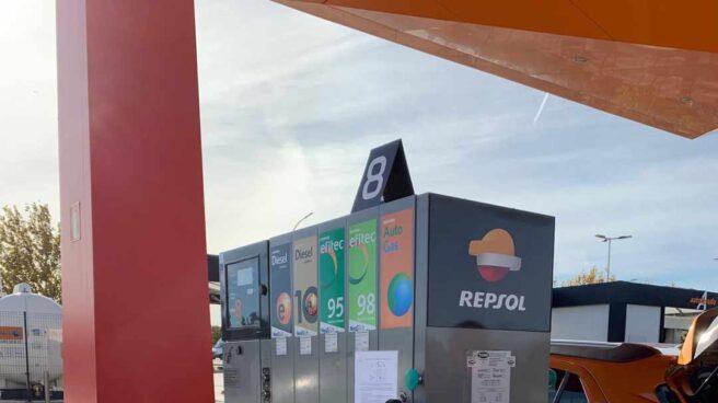 Surtidor de gasolina en una estación de servicio de Repsol en Zaragoza.