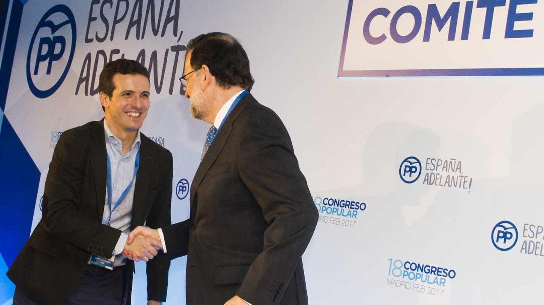 Pablo Casado saluda a Mariano Rajoy.