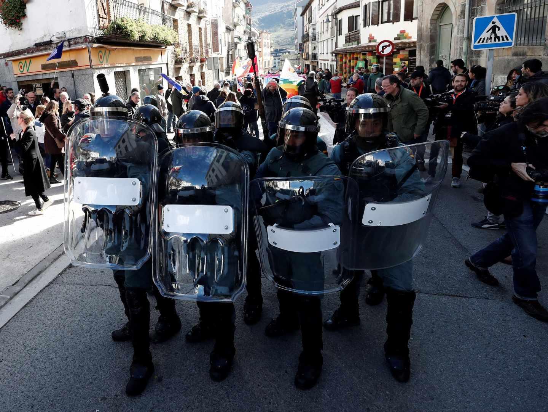 Guardias civiles, el pasado domingo en Alsasua ante las protestas de la izquierda 'abertzale' por el homenaje organizado en favor del Cuerpo.