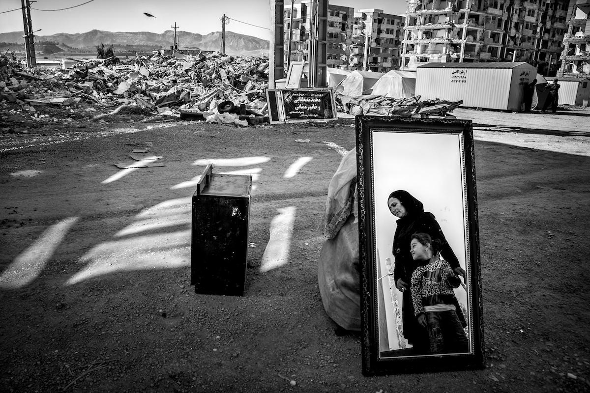 """""""And life rises"""" de Younes Khani Someeh Soflaei"""