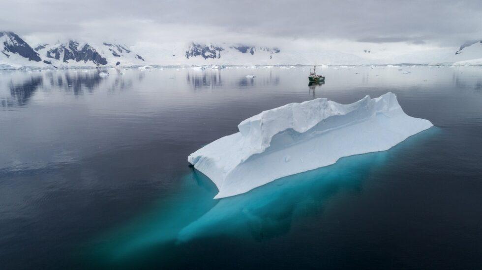 El barco Arctic Sunrise, durante su estudio en la Península Antártica