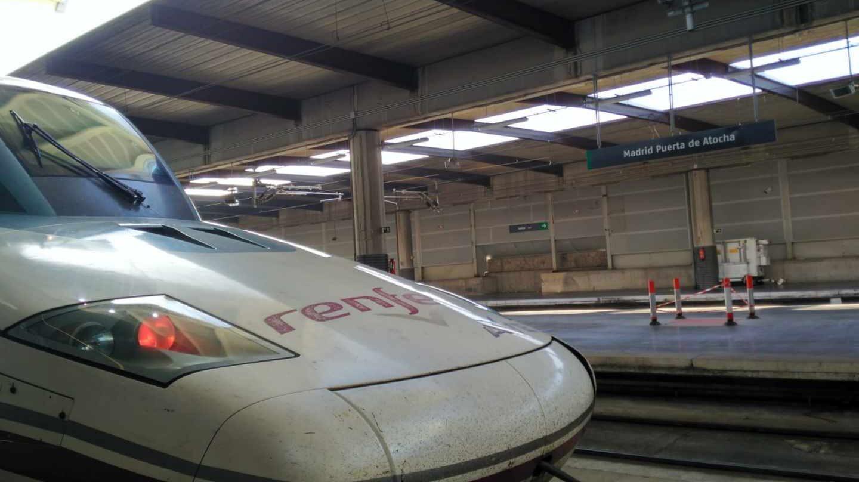 La locomotora del AVE que salió este miércoles de Sevilla a las 8.45 horas, estacionado en Atocha a su llegada.