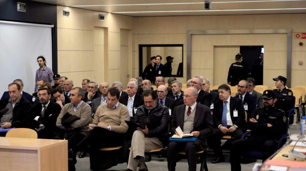 Los acusados en el juicio por la salida a bolsa de Bankia, con el expresidente, Rodrigo Rato, en primera fila.