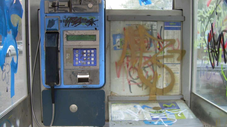 Una cabina telefónica pública.