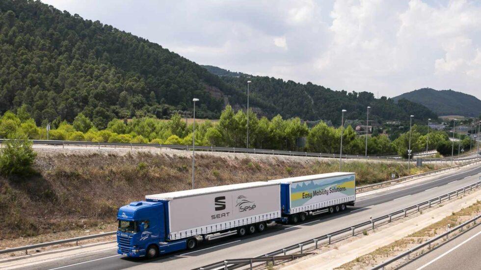 Un camión de Seat transporta mercancías.