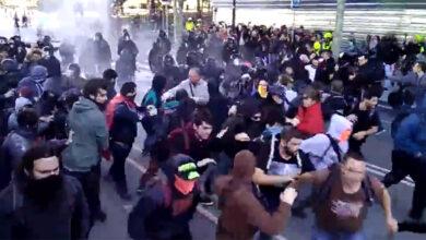 Los Mossos cargan contra los CDR que tratan de boicotear la marcha de policías
