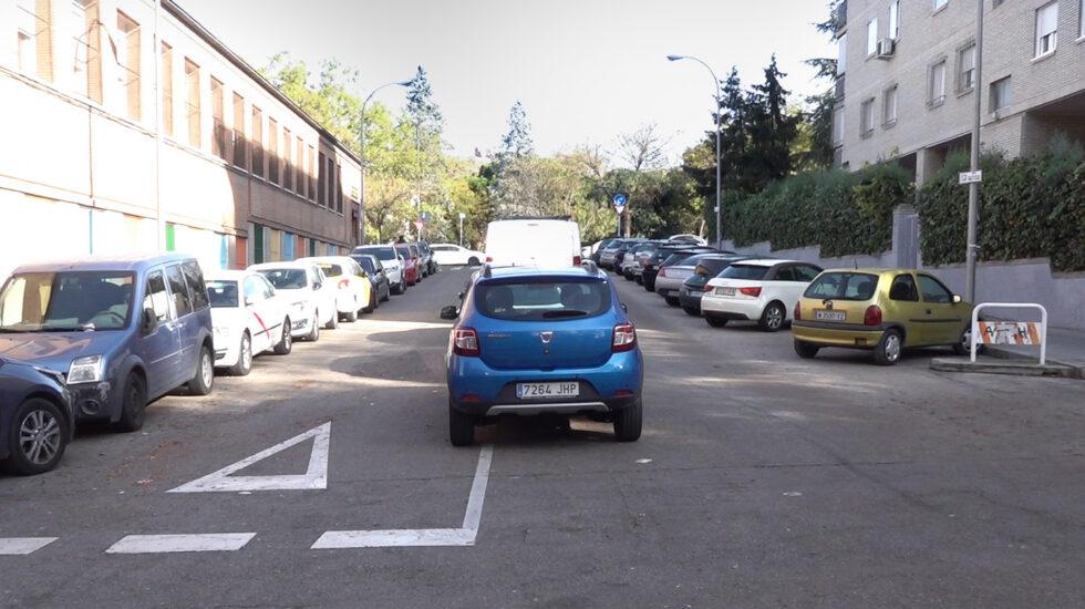 Coches ilegalmente aparcados en el Barrio de Ventas, junto a la M-30.