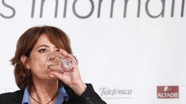 Dolores Delgado, ministra de Justicia, bebe agua durante un encuentro informativo.