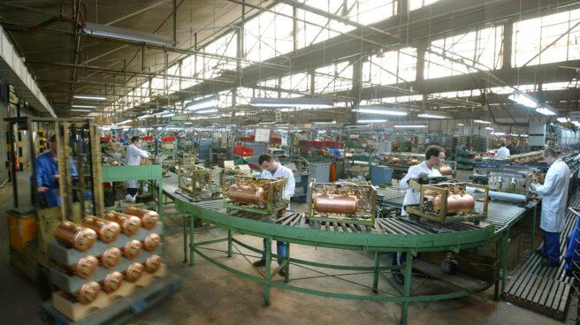 Trabajadores en la cadena de montaje de una fábrica.