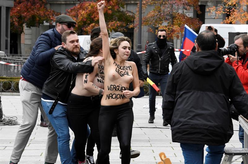 Activistas de Femen irrumpen un acto convocado en la plaza de Oriente de Madrid por la Asociación por la Derogación de la Memoria Histórica con motivo del 20N.