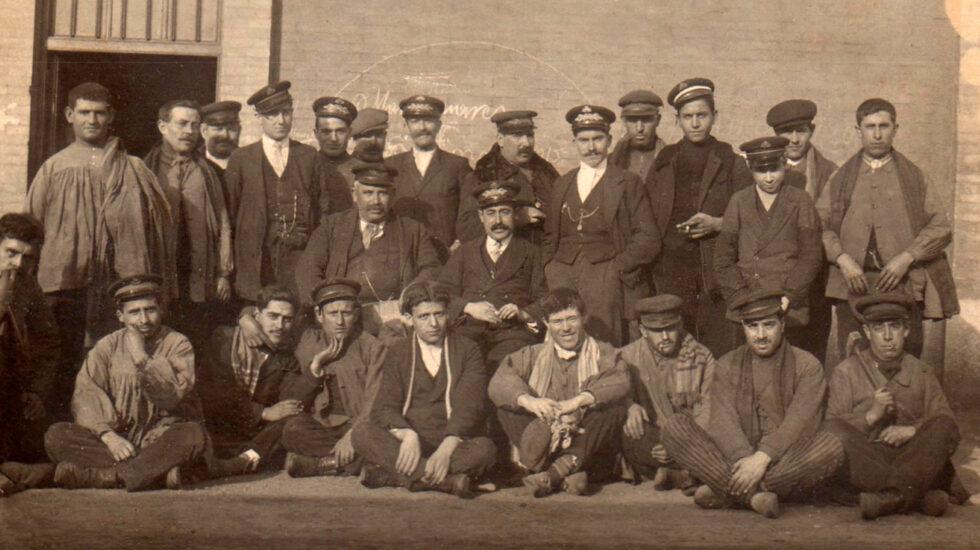 Cándido Chavarrias, el segundo sentado por la izquierda, fue fusilado en 1939 hacia el final de la contienda en Alcázar de San Juan.