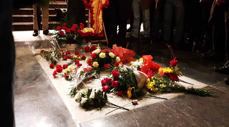 Ofrendas florales sobre la tumba de Franco el pasado 20 de noviembre.