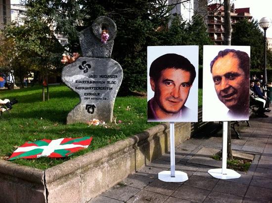 Imagen de Josu Muguruza y Santiago Brouard ante el monumento en su memoria en Bilbao.