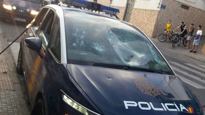 Un vehículo de la Policía Nacional, atacado en Melilla en 2016.