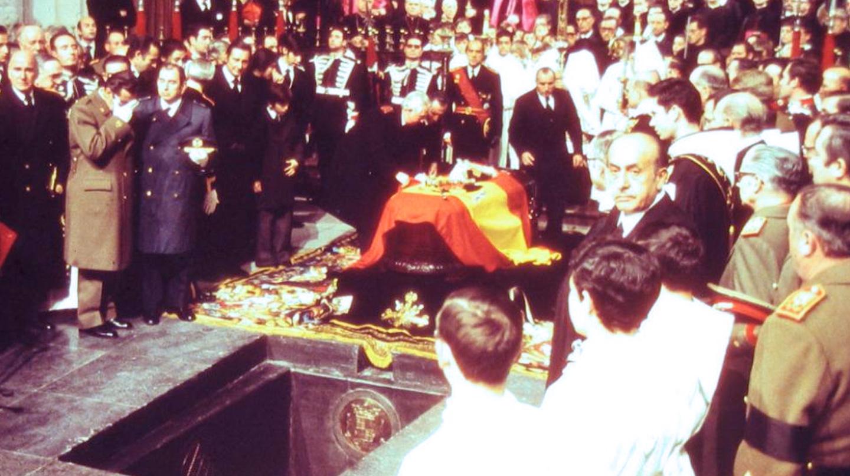 El féretro con los restos de Franco, a punto de ser colocado el 23 de noviembre de 1975 en la sepultura habilitada en la basílica del Valle de los Caídos.