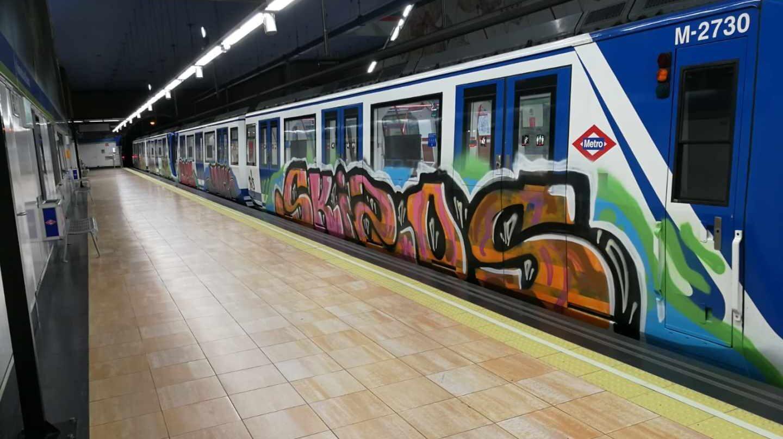 Tren de Metro pintado la noche del 1 de noviembre en Vadillo.