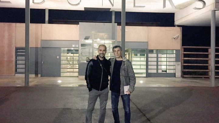 Pep Guardiola y el periodista Xavi Torres, a las puertas de la cárcel de Lledoners.