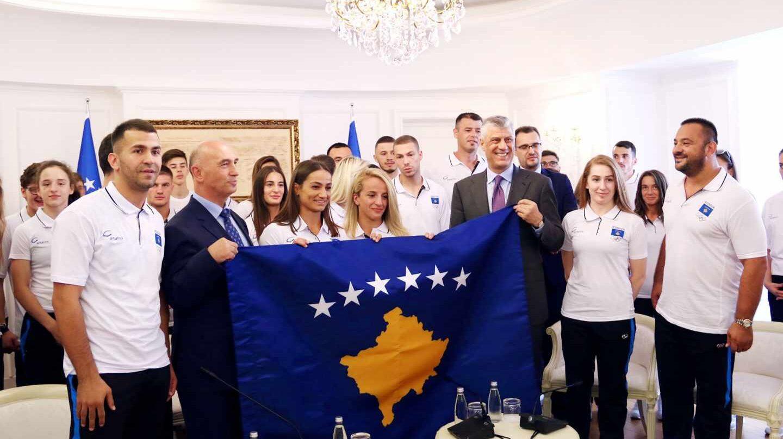 El presidente de Kosovo, Hashim Thaçi, con la delegación del país que participó en los Juegos Mediterráneos de Tarragona 2018.