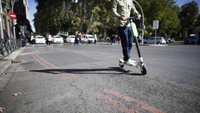 Vandalismo y 'caos' con las licencias: Almeida retira más de 1.250 patinetes eléctricos