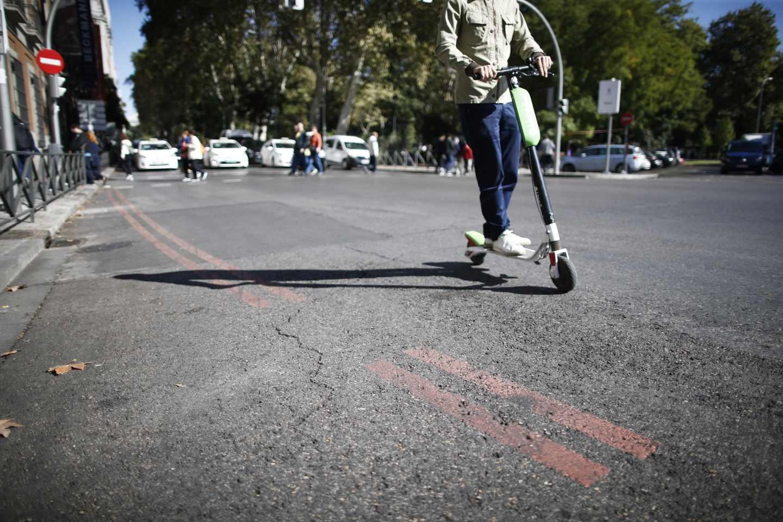 Un patinete de Lime en el Paseo del Prado de Madrid, hace una semana.
