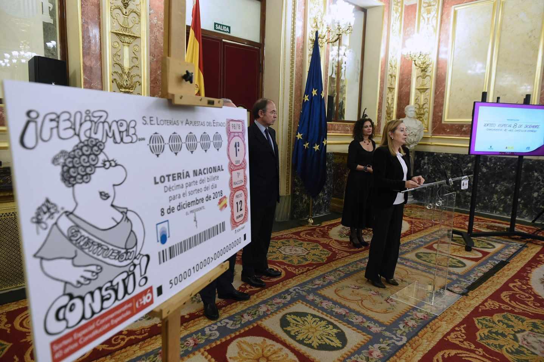 Ana Pastor, en el Congreso junto al gran boleto ilustrado por Forges.
