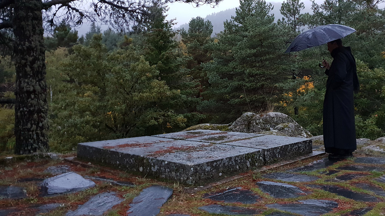 Un monje observa una de las tumbas en el cementerio del Valle de los Caídos.