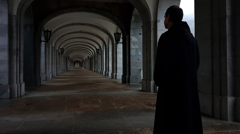Un monje benedictino, en una de las galerías situadas junto a la abadía del Valle de los Caídos.
