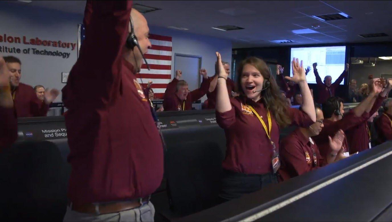 Alegría en el Centro de Control del JPL de California