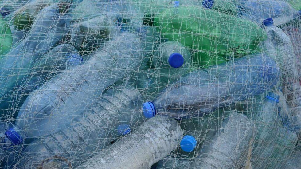Las botellas de plástico PET acaban en el mar y se desintegran en forma de 'microplásticos'
