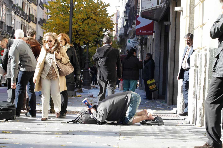 Un pobre pidiendo dinero en las calles de Madrid.