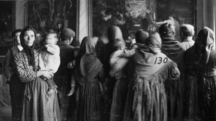 """""""Grupo de espectadoras ante una copia de , de Velázquez, Cebreros, Ávila, 13-17 de noviembre de 1932"""" Madrid, Archivo fotográfico de la Residencia de Estudiantes."""
