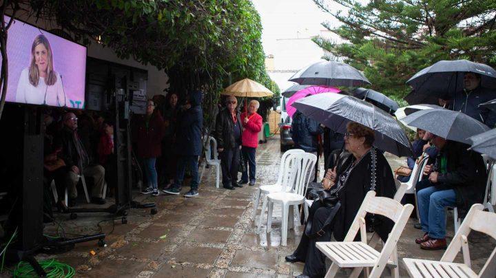 Un grupo de personas viendo el mitin del PSOE en Andalucía.