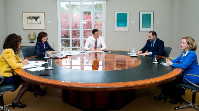 Reunión de Pedro Sánchez y varios ministros en Moncloa
