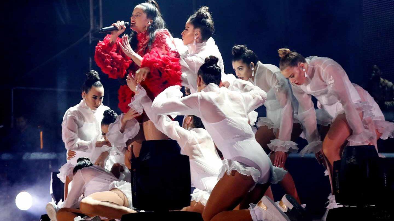 Rosalia y el cuerpo de bailarinas en el concierto de Madrid del 31 de octubre.