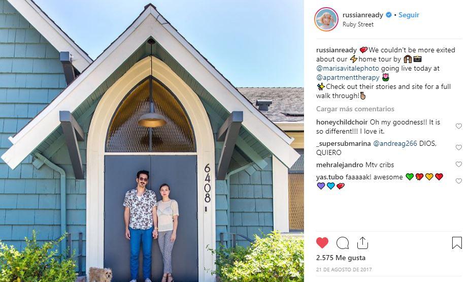 Lourdes Hernández (Russian Red), junto a su actual pareja a las puertas de la iglesia reformado que alquilan para bodas y eventos.