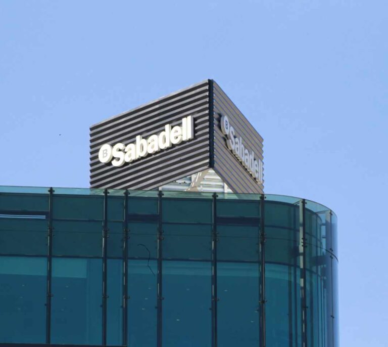 Banco Sabadell da luz verde a la salida de 1.817 empleados en España