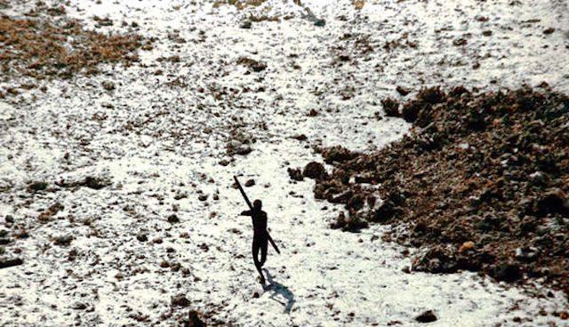 Un miembro de la tribu de la Isla Sentinel del Norte ataca con un arco a la avioneta que sobrevoló la isla en 2004 para comprobar los efectos del gran tsunami.