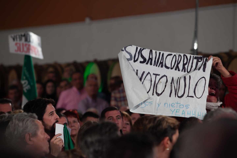 Pancarta contra Susana Díaz en el mitin de Chiclana.